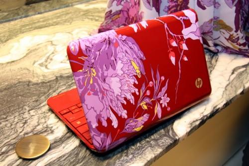 機面殼改以紅色,而非本身的黑色為底色,而 Imprint 花紋則換上綻開的牡丹花。