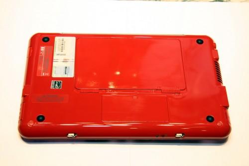 機底也採用了鮮紅色的主色調,貫徹始終。