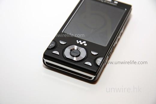 由於始終屬於 Walkman 音樂系列手機,所以機身按鍵也是以多媒體播放為主,例如五向導航鍵的中央按鍵,便是控制檔案播放及停止。