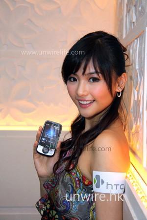 美女模特兒 Kama 手中拿著的,便是導航手機第二代 Touch Cruise,可見介面被重新設計,用上黑銀配機身,感覺更高貴。