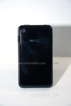 機背與 iPhone 3G 相同,也是採用黑色鋼琴拋光面,鏡頭也是設於左上角,不過在 M8 上卻換上更高的 320 萬像素;公司 Logo 也是設於機身上中部分,整體感覺相近。
