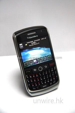 BlackBerry Curve 8900 機身更纖薄細小,整個 form factor 頗適合女士使用。