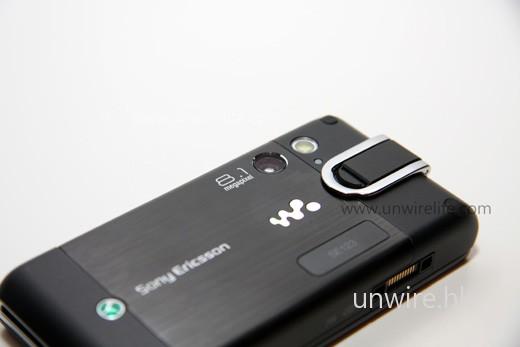內建 810 萬像素鏡頁,是 Walkman 音樂系列手機的第一部。