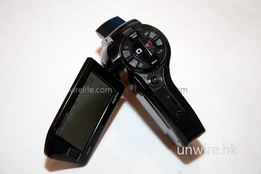 新機 HD-2000 保留傳統 Sanyo Dual Cam 的「手槍形」設計,方便用家作單手操控。