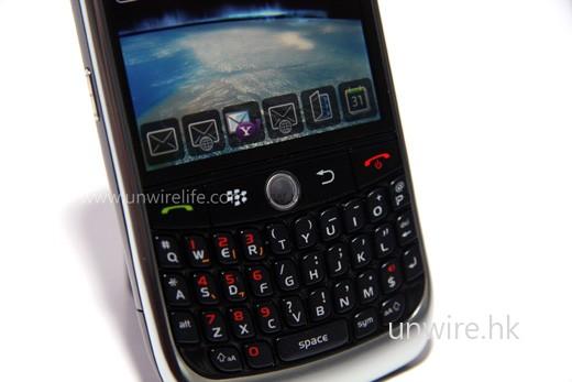 配備 qwerty 鍵盤及 Trackball,用家可輕鬆輸入文字及操控手機。