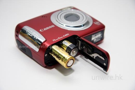 採用 2 枚 AA 乾電池便可使用,就算忘記充電,乾電池也隨處可買到,不用擔心無機用。