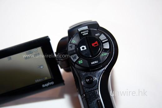 左方為拍攝相片按鍵,右方為拍攝影片按鍵,操控方便。