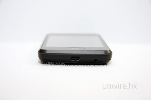 採用 mini-USB 端子,與電腦接駁使用任何一條「大頭轉細頭」的 USB 接駁線便可,比 iPhone 3G 需使用專用 USB 接駁線來得方便。