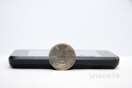 機身厚度約為一元硬幣直徑的一半,頗為纖薄。