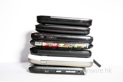 7「機」連疊(上至下):HTC Touch Cruise 2nd Gen.、HTC Touch 3G、Samsung Omnia i908、Apple iPhone 3G、HTC Touch HD、HTC Dream 及 BlackBerry Curve 8900,可見就算以厚度而言,Touch Cruise 2nd Gen. 也算是較薄的一部,拿上手也不覺太「肥」。