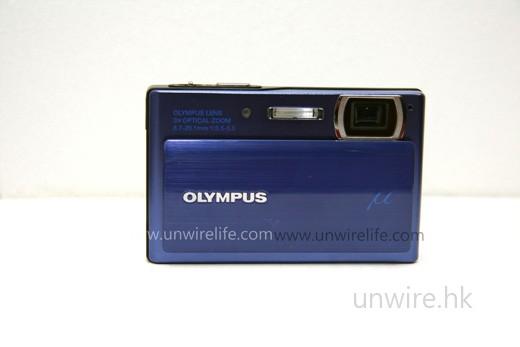 只需向下拉,便可開動相機,設計上與 Sony 的 Cybershot 相機頗為相似。