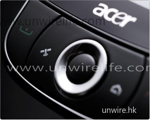 五向導航鍵及旁邊按鍵也採用圓形設計,配合屏幕顯示,機身設計與屏幕顯示便像是融為一體,此設計十分有趣。