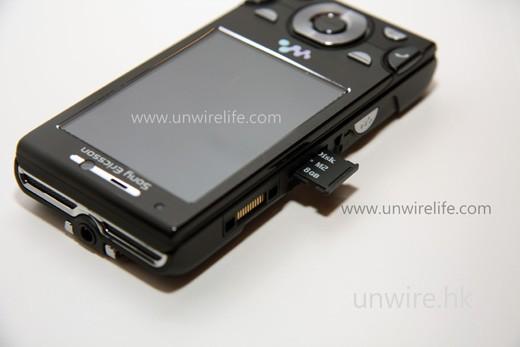 隨機附送 8GB M2 記憶卡,已經足夠拍很多相片及放入頗多影片及音樂,足夠等人等車或坐長途車時解悶了。