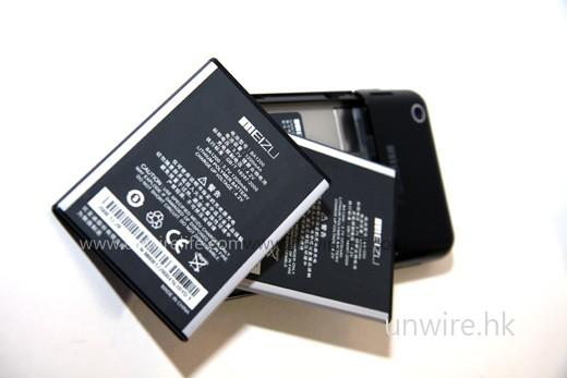 隨機配備一枚 1,200mAh 鋰離子電池,基本上應已足夠一天使用;如想再多配另一枚原裝電池,據說售價約為 300 元左右。