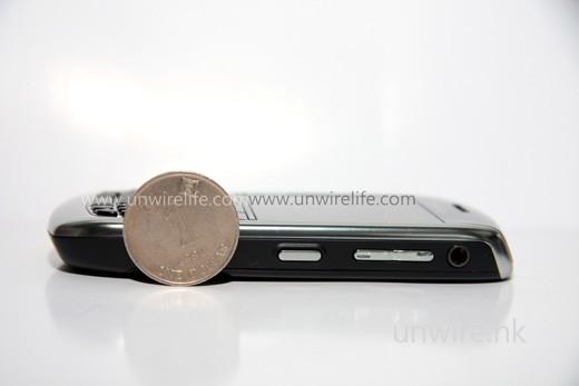 如以 1 元硬幣比厚度,則大約是 1 元硬幣直徑的 2/3 左右,以智能手機來說已算輕薄。