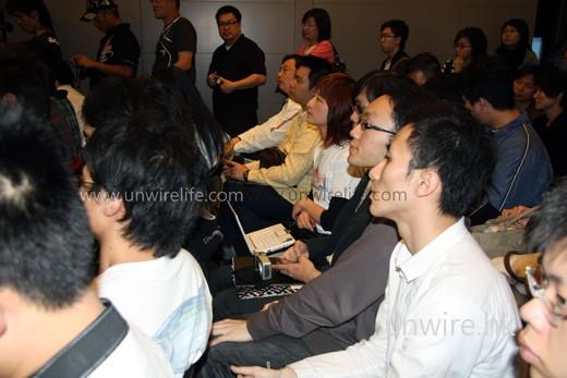 相機及 netbook 自然不能少吧,如希望作現場實況報導的話。細看應該是 Asus Eee PC 901 小白版呢!