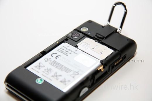 雖然 SIM 卡槽不是位於電池下層,但要更換仍需拆掉電池才可。