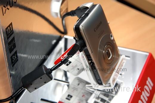 電池蓋設有一小孔,與以往的 IXUS 系列相機一樣,用家可透過此孔接駁交流電,這樣不用鋰離子電池也能啟動相機。