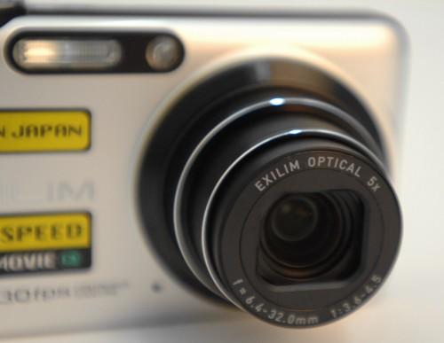 鏡頭提供5倍光學變焦,相當於37-185mm 的等效焦距。