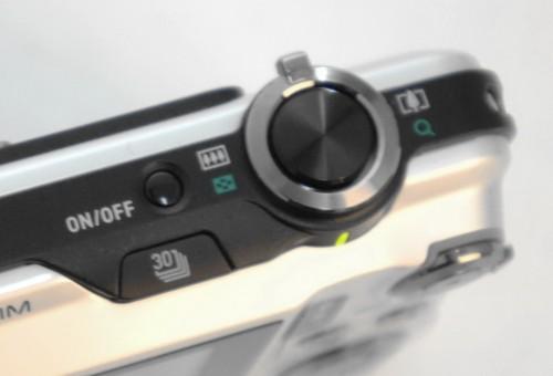在開關掣與快門旁邊有個連拍按鈕,支援最高每秒30張連拍效果。