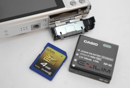 採用厚身鋰電,可能是意識到高速連拍或拍片非常食電。