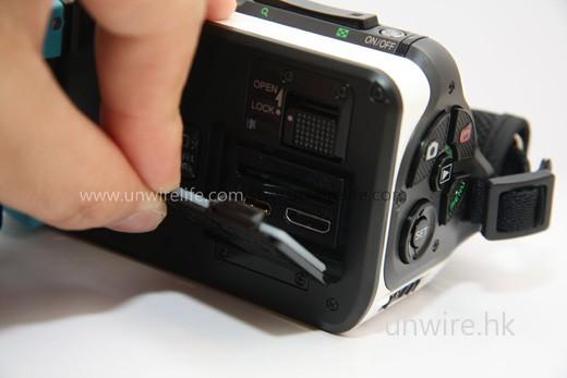 要向上推按鍵至「Open」位置,才可打開保護蓋,替換 SD 記憶卡或使用 HDMI 輸出端子。