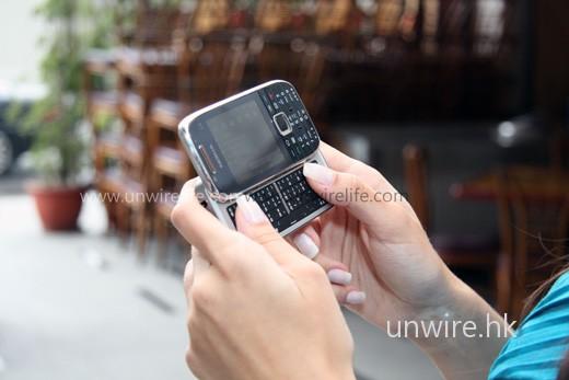 就算是模特兒拿起使用,機身也不會太大。不過筆者試用過,按鍵打字起來手感只屬一般,沒有像 HTC Touch Pro、Sony Ericsson Xperia X1 這些同樣配備側滑式 qwerty 鍵盤的機款般舒適。