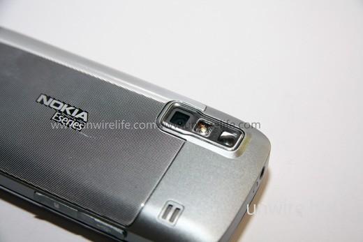 內建鏡頭像素為 320 萬,屬現時手機鏡頭的「基本規格」。