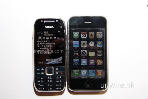 E75 在機面面積與 iPhone 3G 比較,還要較纖瘦一點,女士拿上手也不覺太「肥」。
