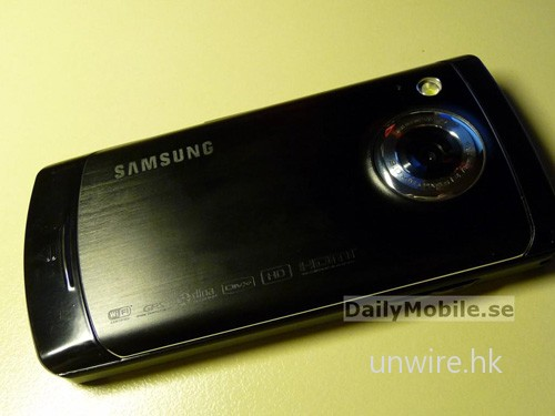手機內建鏡頭像素同樣為 800 萬,而其加上角的應是閃光燈。