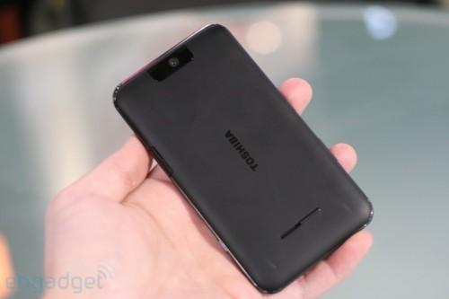機背採用啞色設計,不像 iPhone 般採用鋼琴面,至少不致令手機變成「指紋採集機」。而且大大的「TOSHIBA」字樣,感覺頗型格。