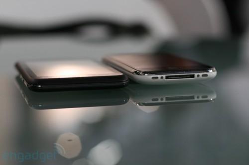 與 iPhone 3G 拍埋比較,真的是薄上大約 1/3 呢!厲害!