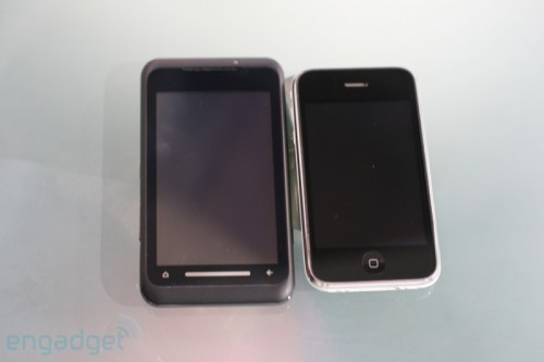 不過機面面積卻比 iPhone 大了一點,但相信男士來說,應不太介意吧!