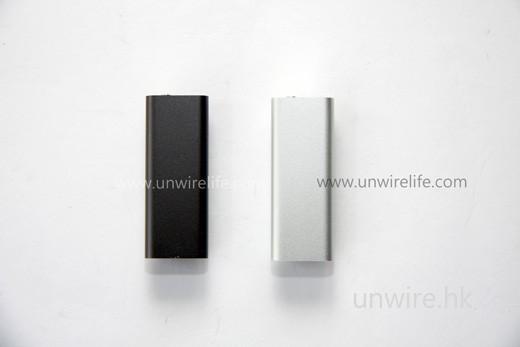 由相片可見,全新 iPod Shuffle 採用鋁合金設計,輕巧細部之餘夠「硬淨」。暫時第一批只有黑、銀兩色供選擇,兩者均為 4GB 容量。