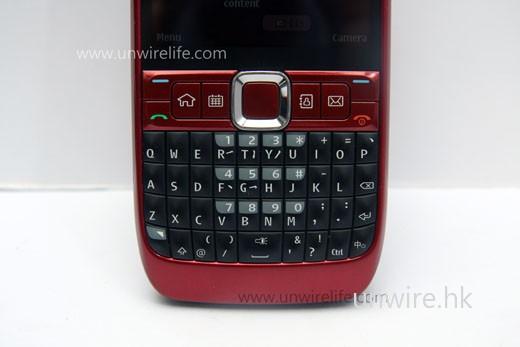 鍵盤設計與 E71 稍有不同(重點在空白鍵短了一半),但由於仍是 qwerty 鍵盤,所以打字起來仍然舒適。