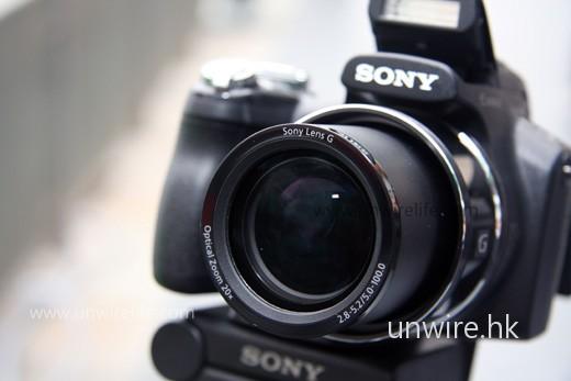HX1 首次引入 Sony 用於單反的 G 鏡頭,令影像質素有一定保證。加上可拍攝 28mm 廣角,不但能拍攝遠距離物件,拍攝大合照亦沒有問題。