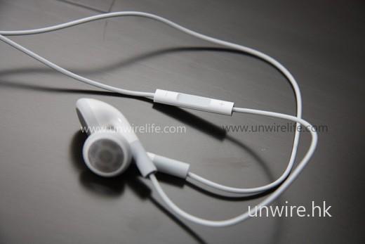 與上兩代 iPod Shuffle 不同,全新機款所有操控均集中在線控耳機上:上下按鍵調校音量、中間按鍵按一下為播放/暫時、按兩下為下一首、按三下為前一首、長按 1 秒左右便可聽到 VoiceOver 功能告訴用家正收聽歌曲的名稱及歌手名、長按至「嘟」一聲響便可以 VoiceOver 收聽 Playlist 選擇,聽到合適的按一下中央按鍵便可選擇。整體而言,操控十分方便,而且十分清新。不過上兩代 Shuffle 用家便要一段適應時間了。