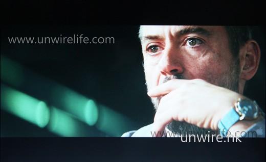 以 12.1 吋屏幕欣賞 720p 的《Soloist》高清電影預告片,發現屏幕細緻度只屬一般,但光暗位反差做得不俗,而且膚色偏向自然,用來欣賞電影感覺也頗舒適。