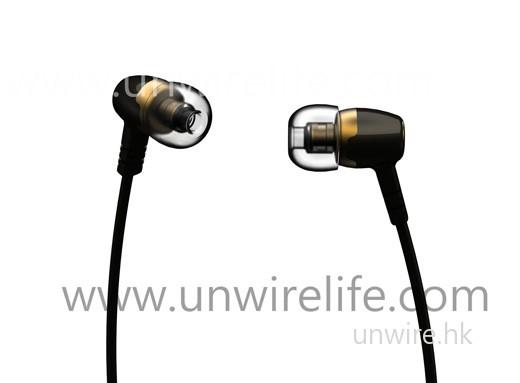 另一款便是圖中的 Backbeat Titanium UHP 326,主打採用 10mm 鈦金屬 Driver,可增強耳筒對聲音的靈敏度,加強音樂的層次感,令音樂輸出可達致 full spectrum 音色。加上鍍金插頭,可確保音訊傳輸達至最佳音色。售價為 $598,同樣將於 3 月內推出。