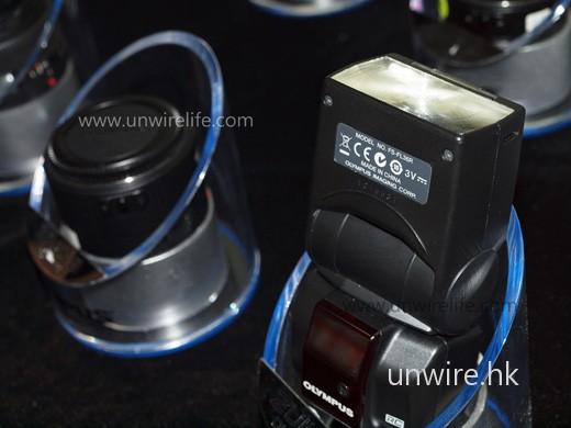 以 E-620 的 P 模式配合內置閃燈近距離拍攝物件,發現閃燈輸出正常,未見明顯過度曝光情況出現;而且細緻度頗高,閃燈上的文字清晰可見。