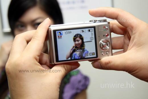 第十步:當拍攝人像時,只要該對象的臉孔進入鏡頭拍攝範圍,便會在框架下顯示該對象的名稱,十分過癮。