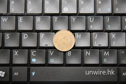 每個按鍵只比五毛硬幣細一點,鍵距亦算合理,Edward 嘗試過打字亦算舒適。