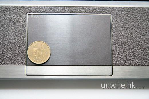 TouchPad 面積十分大,甚至大至可放下 8 隻五毛硬幣!操控感覺簡直與一般手提電腦無異。