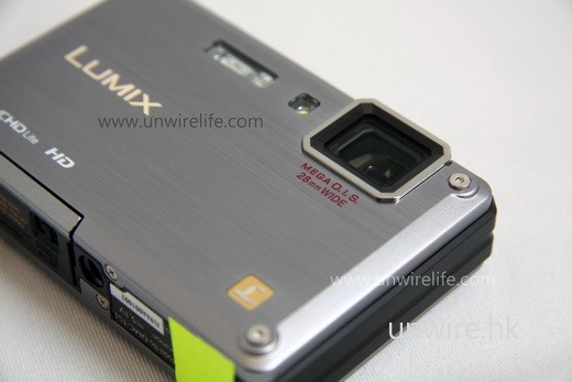 採用 28mm 廣角鏡頭,並加入 MEGA O.I.S. 光學防手震功能,就算夜間手持拍攝也能保持影像穩定。