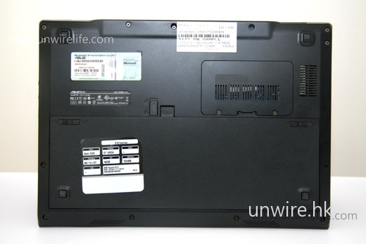 至於機底,可見大容量電池已佔據了一半位置(下半部),而用家如需加 RAM,只需拆下右上角的保護蓋便可,但與過往 netbook 一樣,只有一條 RAM 槽,用家最多只能換上 2GB。