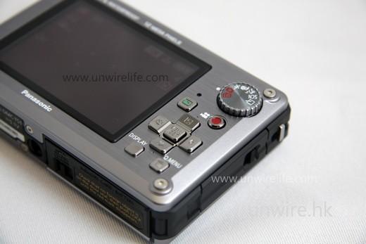 與 ZS 系列相機一樣,機背設有一按即拍高清影片按鍵(紅色圓點),拍攝高清影片十分容易。