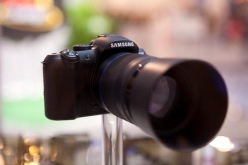 配備 55-200mm 鏡頭,而且極有可能具備防震功能。