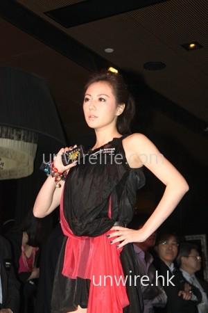 劉心悠一襲黑色連身短裙,加上一條紅色披巾亮相,十分搶眼。
