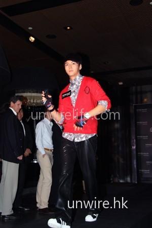 陳偉霆出場衣著雖簡單,只是紅色外套、花紋恤衫及黑色皮褲,但型格味亦十足。