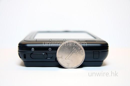 厚度方面,與一元硬幣的直徑相若。